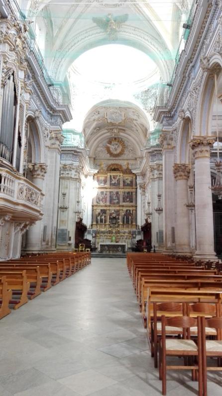 Interno del Duomo di Modica ( prevalenza di colori chiari come bianco e azzurro ).